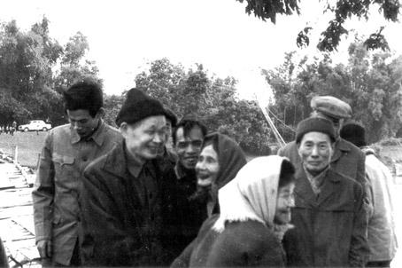 Đồng chí Lê Văn Lương với một số người dân quê hương Xuân Cầu