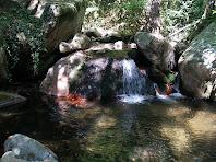 Cascada amb les pedres tenyides de vermell pel ferro que duen les aigües