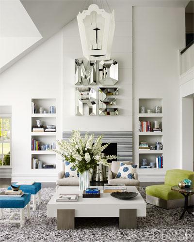 decorar salon moderno en blanco y verde con letras grandes