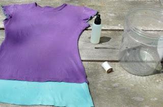 siapkan kaos polos, tabung dan semprotan pemutih