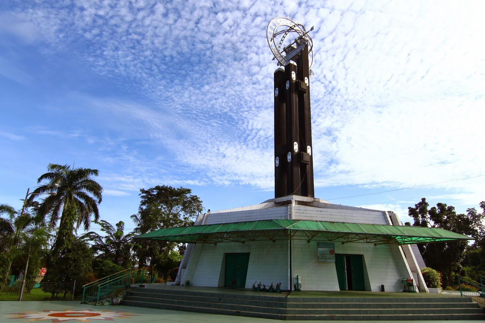 mercu tanda Kota Pontianak yang paling popular adalah Tugu Khatulistiwa