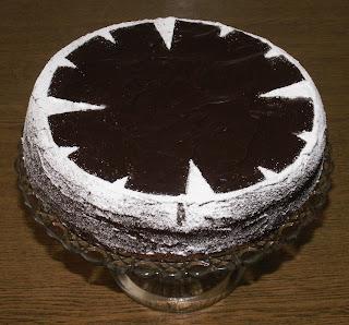 Piaskowy tort kakaowy z marmoladą