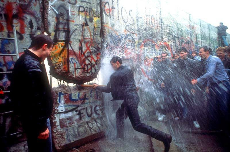sledgehammer wall. fall of the berlin wall sledgehammer e