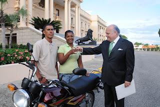 """Presidencia entrega motor y varios electrodomésticos y enseres a """"La Chichi"""""""