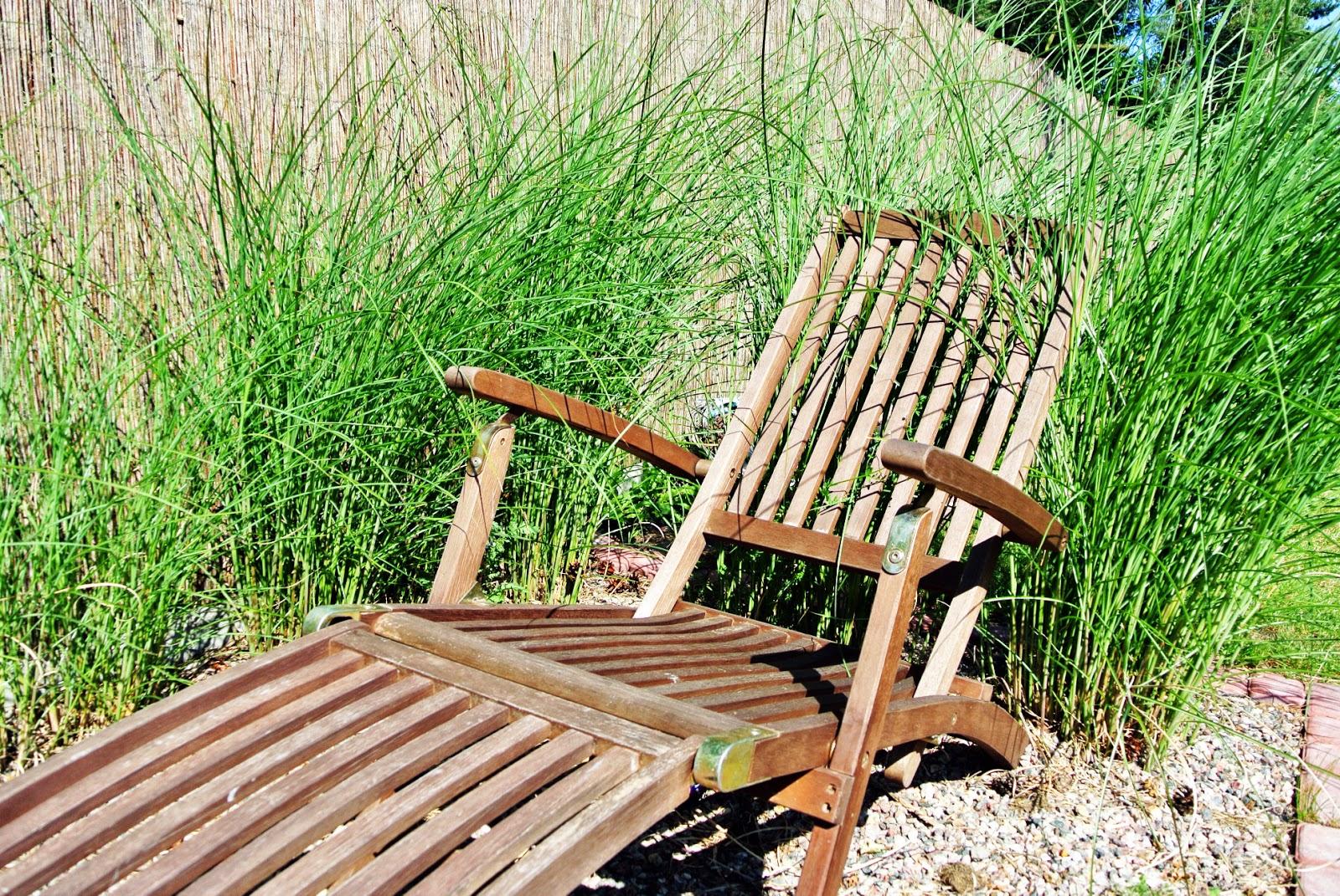 leżak ogrodowy,teak,trawy w ogrodzie,zakątek z leżakiem,opalanie w ogrodzie,żwirek w ogrodzie,żwirek na rabatach,trawa w żwirku,piękny ogród,maja w ogrodzie