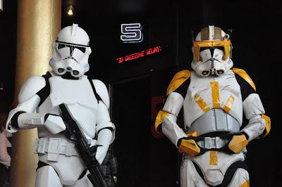 Imperialni zolnierze przed sala kinowa