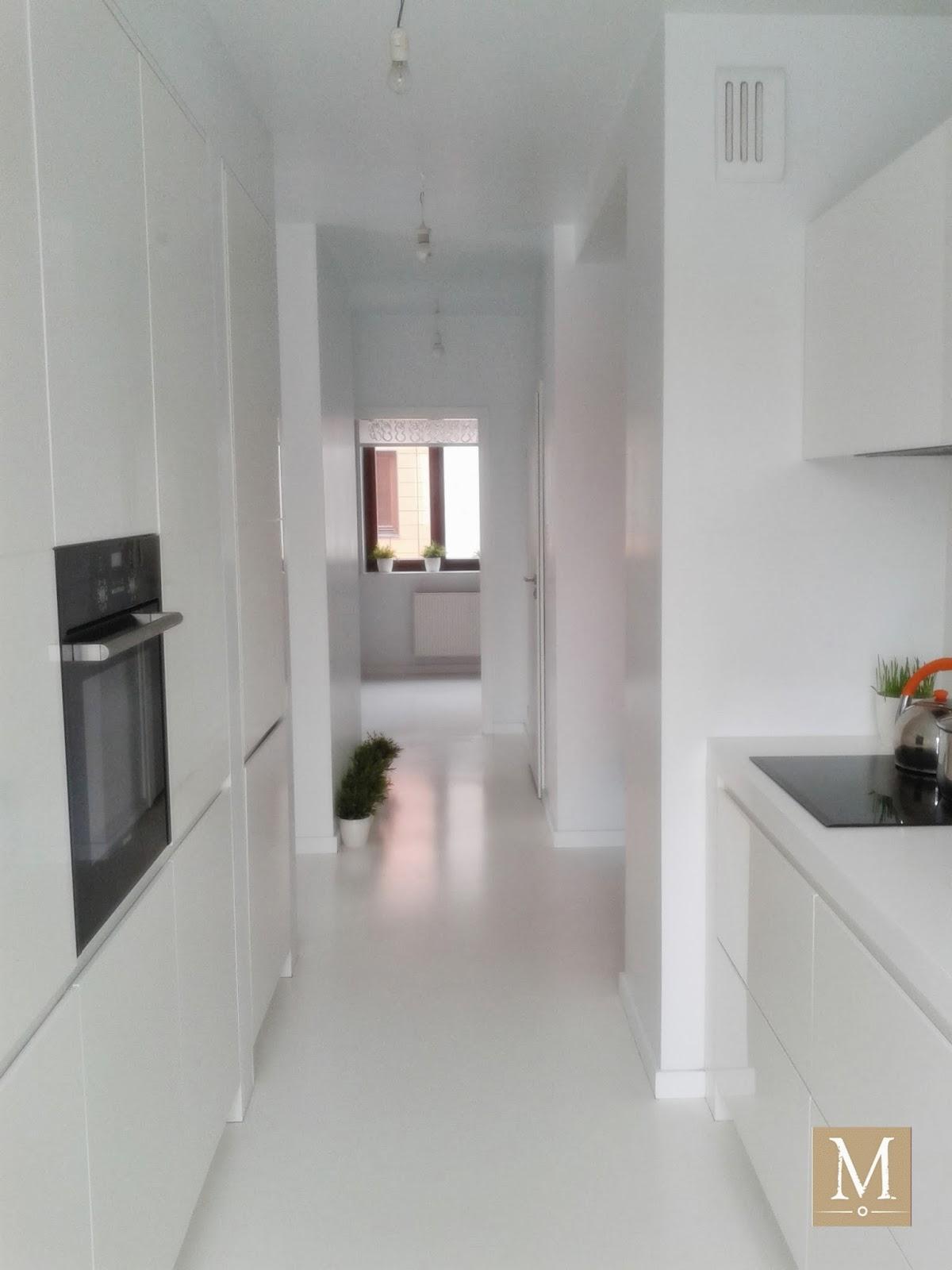 Białe wnętrze długi biały korytarz białe meble kuchenne lakierowane na wysoki połysk