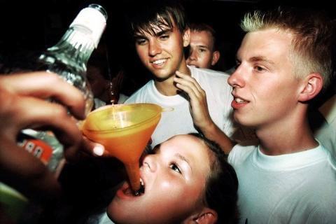 Adolescentes borrachos en la cama