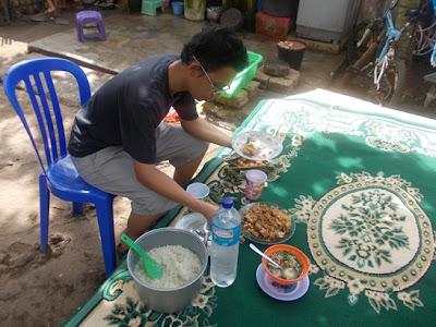 Makan siang di halaman depan rumah Pak Mahmudin