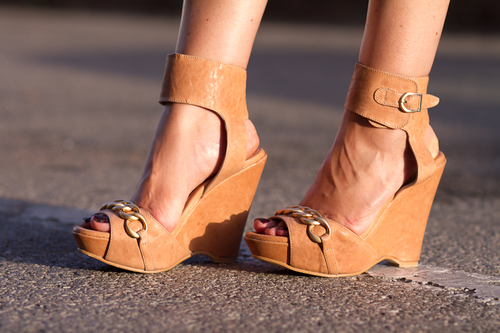 Cuñas de cuero color nude con cadena dorada modelo Hera de Joaquim Ferrer