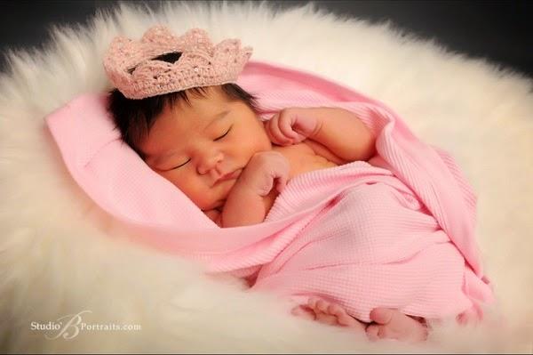 Photo bébé fille nouveau née princesse