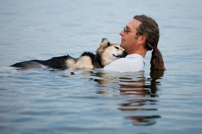 Hombre y perro en el agua