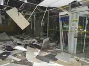 Grupo armado explode dois caixas eletrônicos e agência do Banco do Brasil fica parcialmente destruída (Foto: Fabiano dos Santos/Site Binho Locutor)