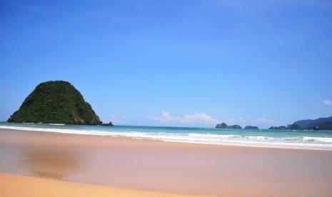 Eksotisme Ombak Pantai Pulau Merah Banyuwangi