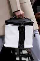 Голяма черно-бяла чанта цилиндър, дизайн Balenciaga