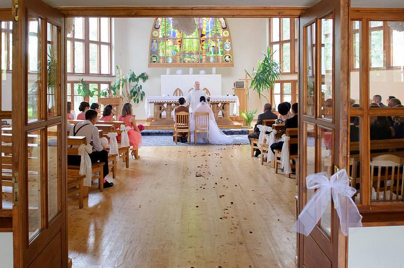 vestuvių ceremonija Berčiūnų Lietuvos kankinių bažnyčioje