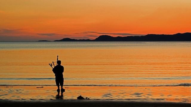 Scozia - Hightlander di fronte a questo spettacolo con cornamusa