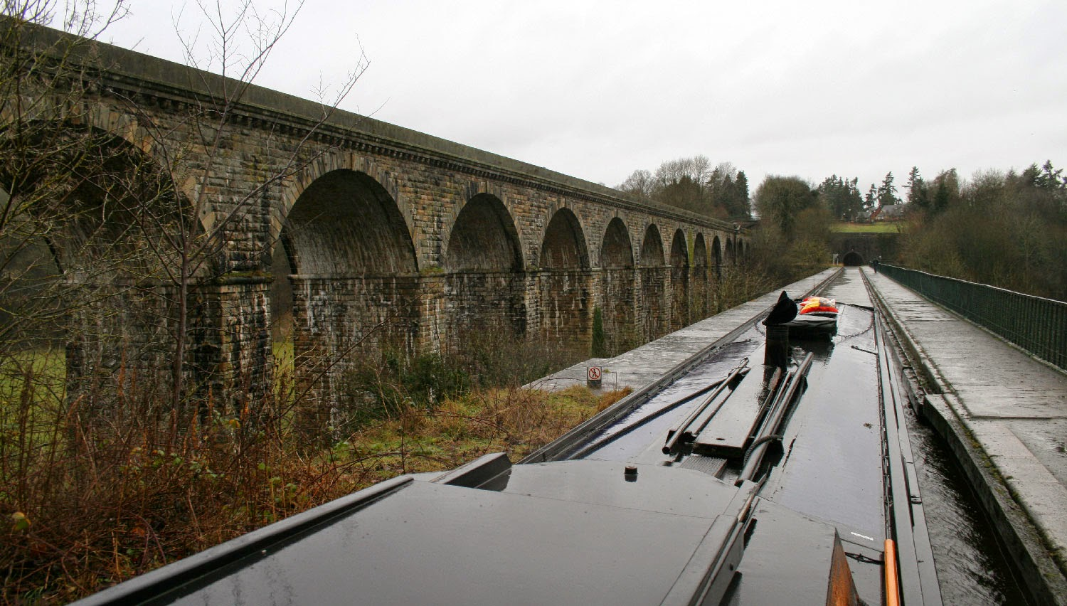 Just entering the aqueduct, viaduct to the left