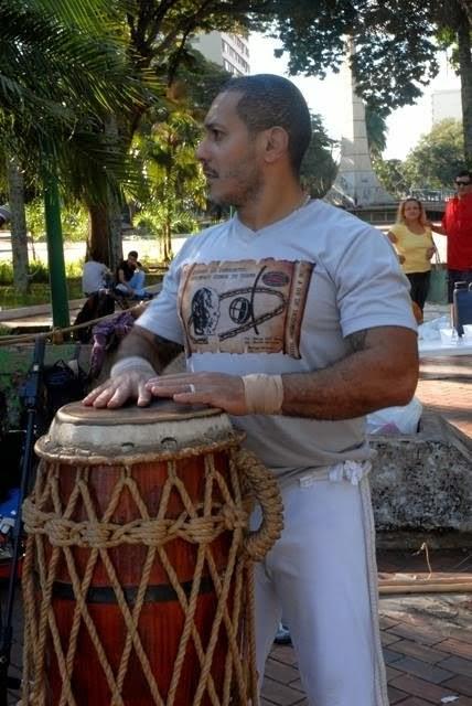 Mestre Ouro Verde qui joue de l'Atabaque