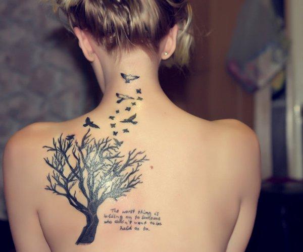Este árbol tatuado se acompaña de un poema y de palomas