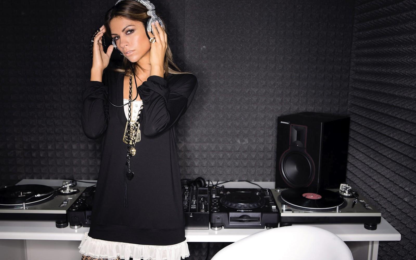 http://4.bp.blogspot.com/-SriJMq3QPEM/T9G4iVPXAQI/AAAAAAAAAHk/i-2byBNbkPc/s1600/Wallpaper-girl-headphones-dj-desktop.jpg