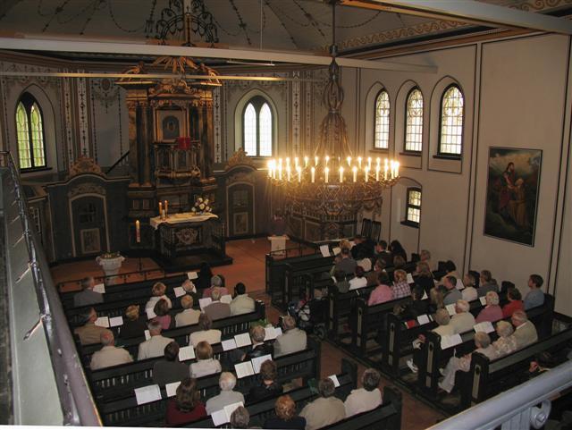 Der Kirchen-Kronleuchter in vollem Glanz.