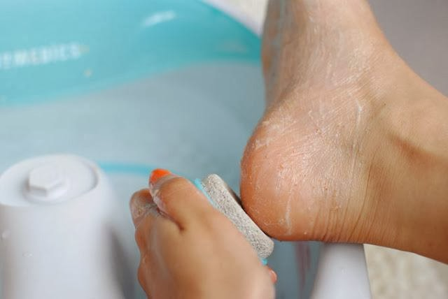 Pedicure-Scrub-Your-Feet