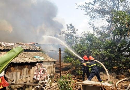 Cháy lớn tại xóm nhà tạm cạnh hồ Linh Quang