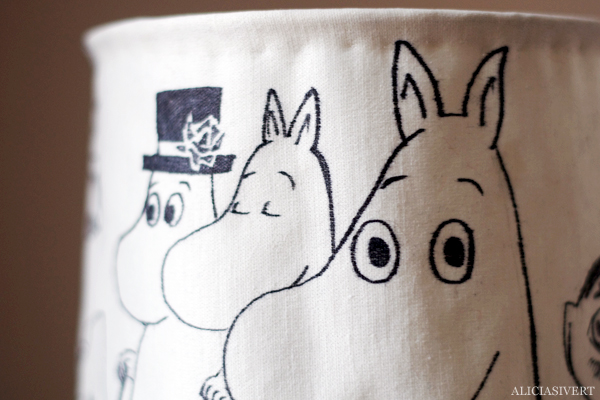 aliciasivert, alicia sivertsson, alicia sivert, moomin, mumin, mumintroll, mumintrollet, muminpappan, muminmamman, sniff, mymlan, snorkfröken, snorkmaiden, snusmumriken, hattifnattar, tove jansson, lampa, lamp, diy, loppis, klä om lampskärm, do it yourself, monthly makers, skapa, återbruk, upcycle, remake, textil, fanart, fan art