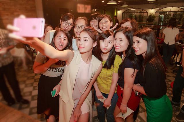 Hoa hậu chụp ảnh cùng người hâm mộ.