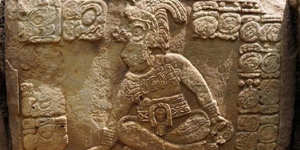 Blok batu yang ditemukan di situs suku Maya kuno di La Corona, Guatemala.