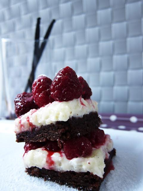 gasztroblog, Epres cheesecake tejberizs brownie morzsával, recept, desszert, eper, málna, tejberizs, gyümölcsrizs, sajttorta, cheesecake, brownie