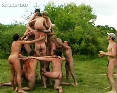 Семейный нудизм: соревнование голых семей нудистов на природе / Family nudism : competition naked family nudists in nature