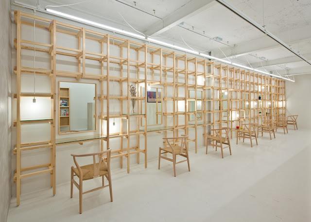 Sal n de belleza en osaka espacios en madera for Beauty parlour dressing table images