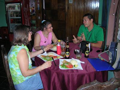 Restaurante El Muellecito, Tortuguero, Costa Rica, vuelta al mundo, round the world, La vuelta al mundo de Asun y Ricardo, mundoporlibre.com