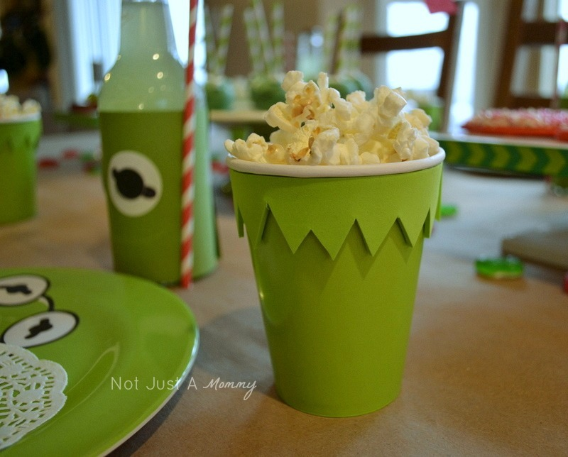 Kiss Me I'm Green Kermit The Frog Valentine's Day/St. Patrick's Day party popcorn cup