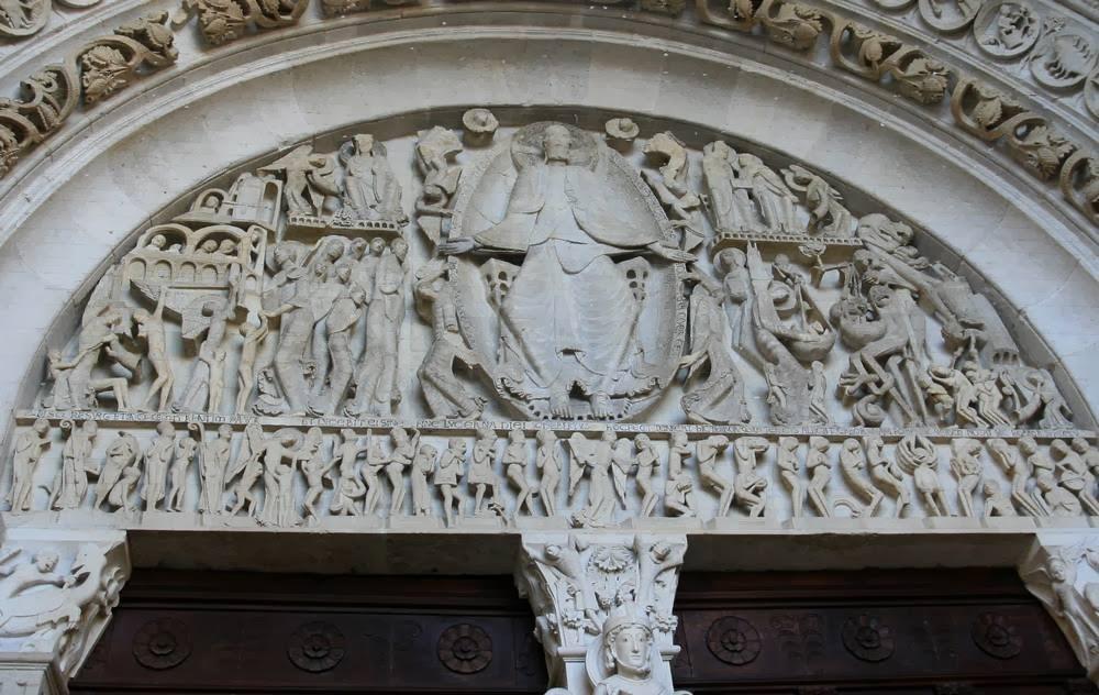 Romaans timpaan van de kathedraal van Autun in Bourgondië, Frankrijk