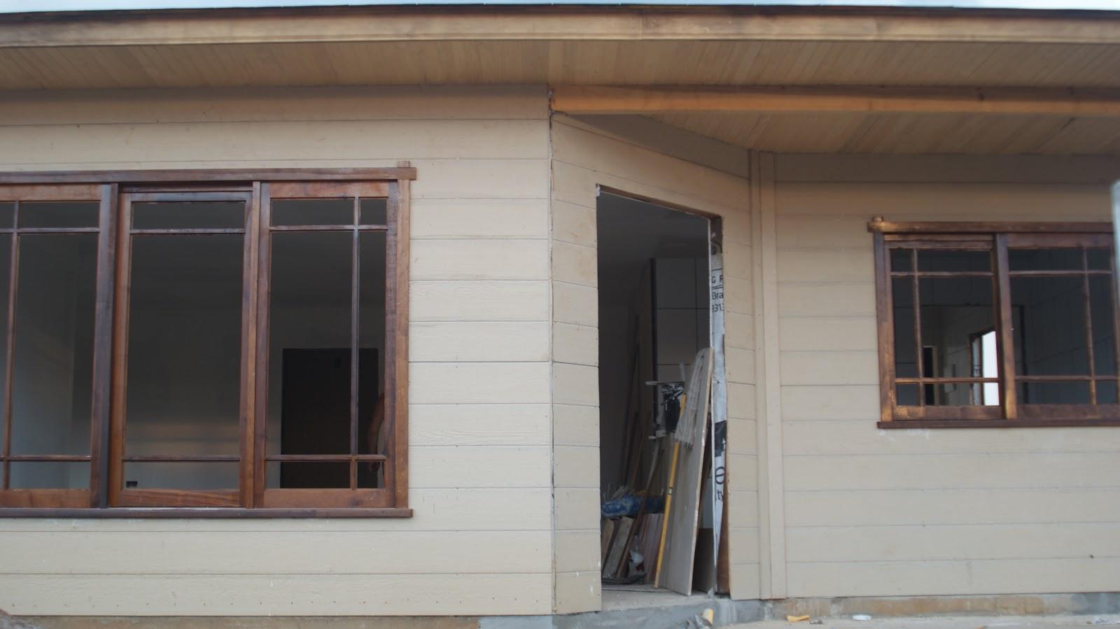 #755C49  da casa. note que tem os espelhos do telhado (serao da cor da janela 1868 Janela De Aluminio Que Abre Para Fora