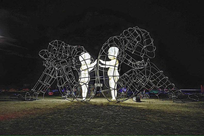 Escultura de marcos de alambres revela la dura verdad acerca de la adultez