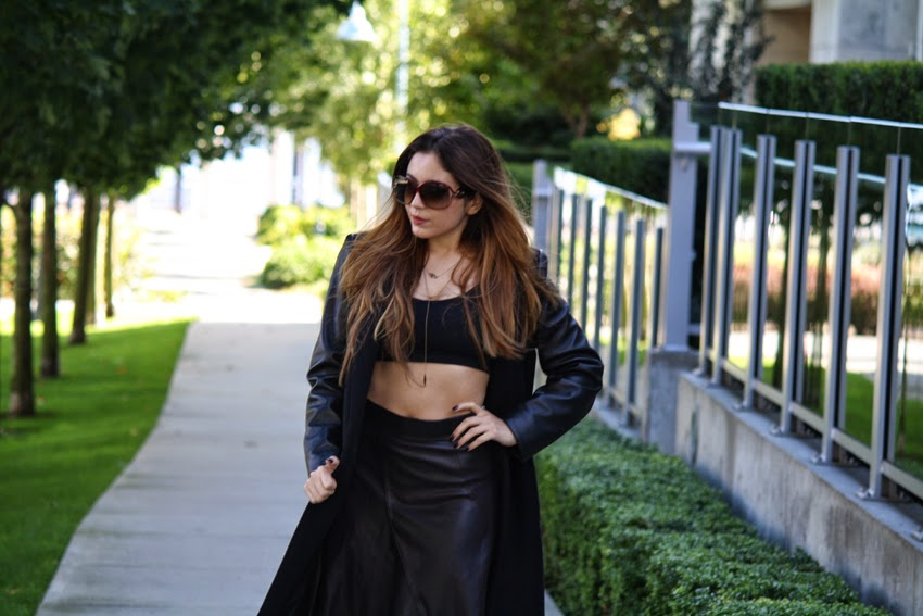 Style-Fashion-Blog-wearing-all-black-zara-coat-leather-skirt-kneehigh-boots-dior-sunglasses-crop-top-JenniferZeuner