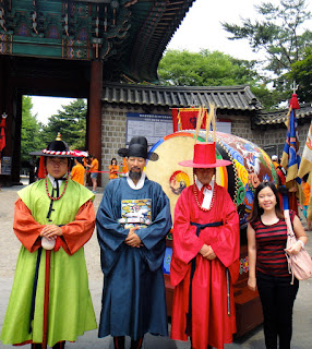 Taking commemorative picture with royal guards at Deoksugung Palace