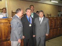 Recebendo a Medalha Duque de Caxias