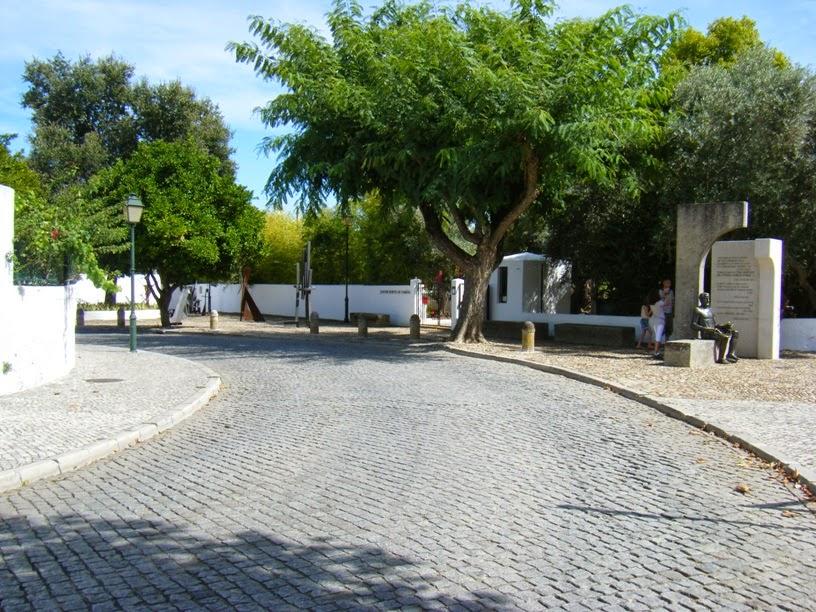 Marginal de Constância onde se vê a entrada para o Horto Luís de Camões