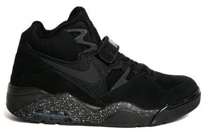 Siyah Spor Ayakkabı Giymek