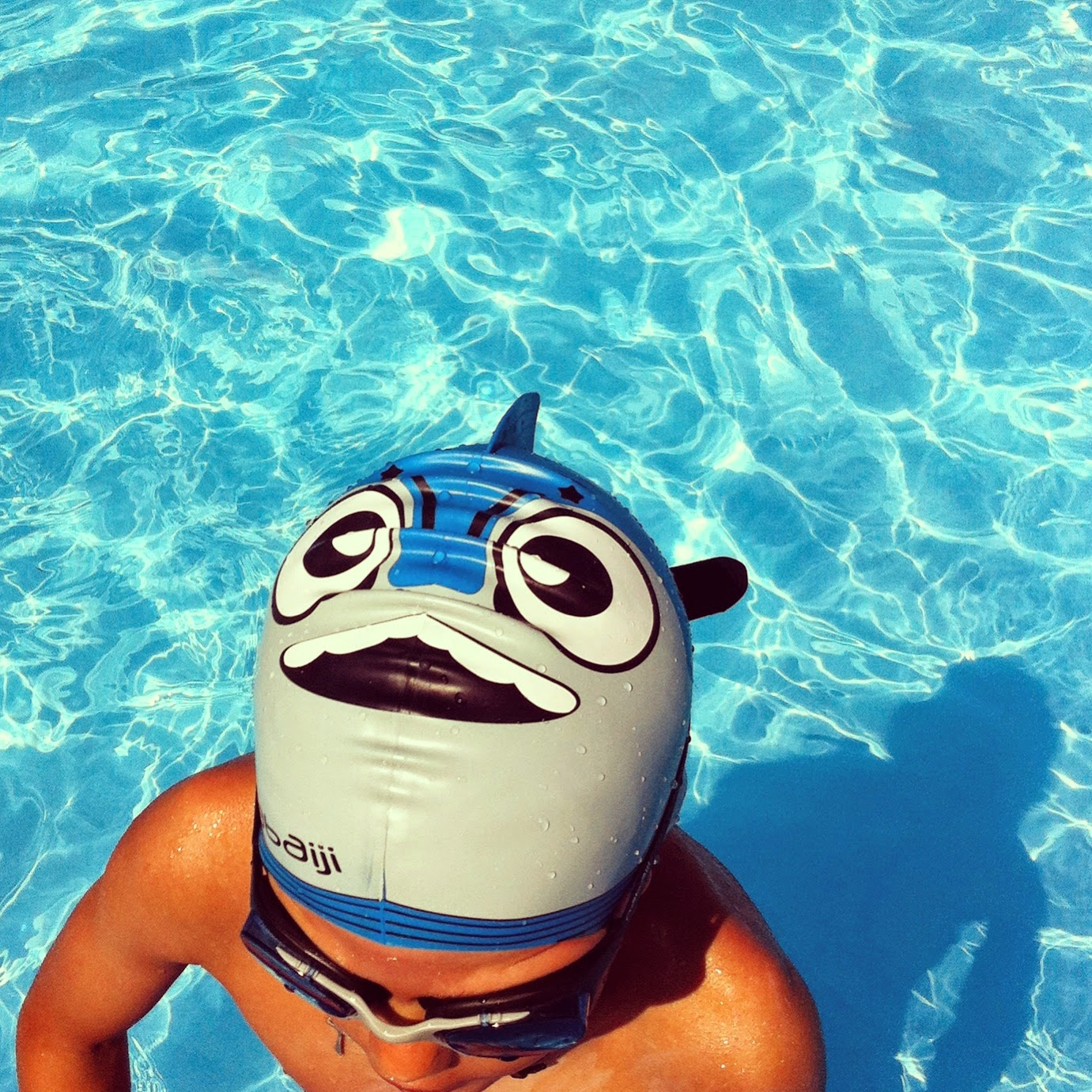 C mo distinguir a tu hijo en una piscina llena de ni os for Gorro piscina