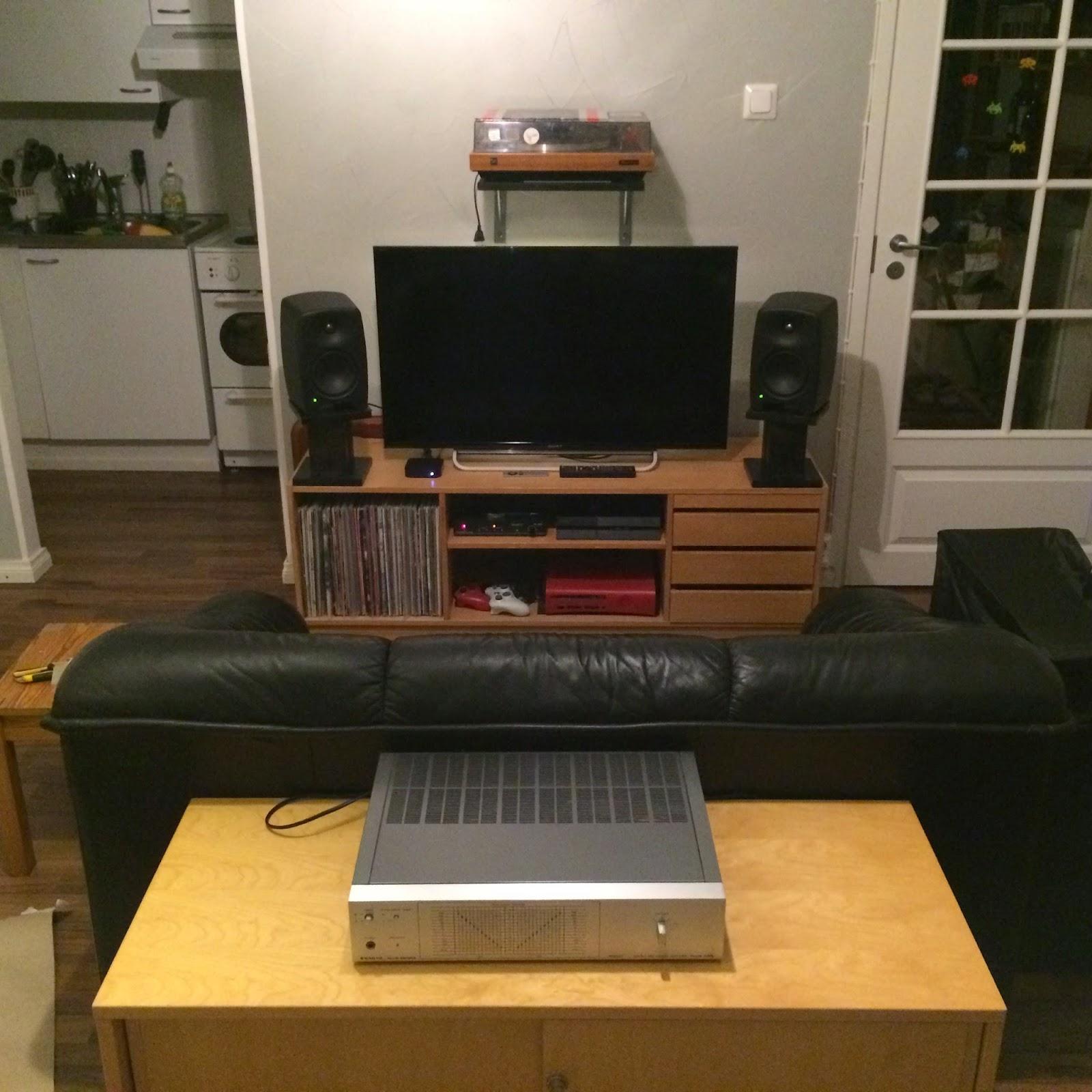 Genelecit jalustoilla, televisio ja levysoitinteline