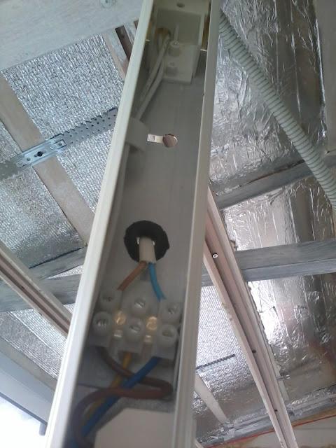 Лампа дневного света на балконе