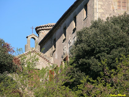 La capella i la torre de defensa, al costat del castell de Savassona. Autor: Carlos Albacete