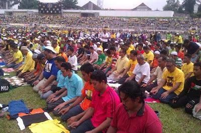 Peserta Himpunan Kebangkitan Rakyat bersolat Zohor di Stadium Merdeka