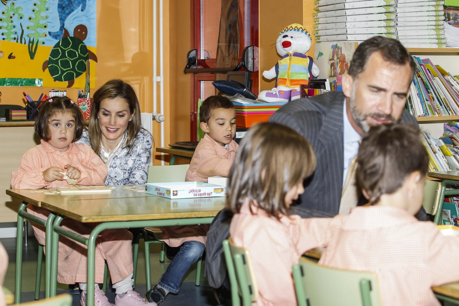 Both the 42-year-old Queen Letizia and her husband, King Felipe seemed equally happy to meet the children and took time to chat to them about their school work.